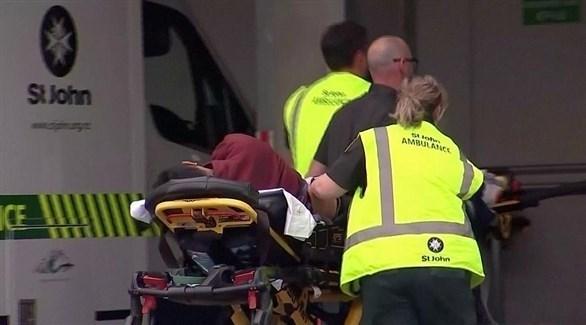 الأسعاف يحمل أحد ضحايا الهجوم الإرهابي على مسجدين في نيوزيلندا (أرشيف)