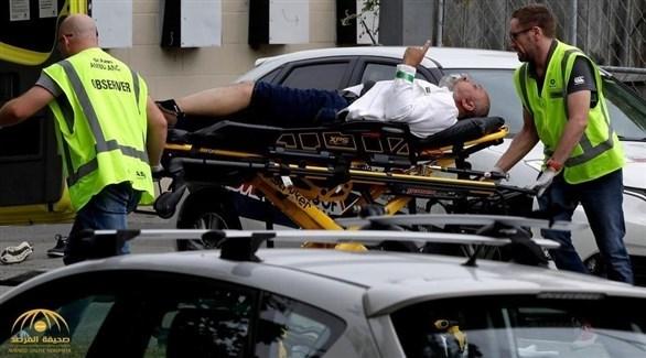 السعودي محسن الحربي أثناء نقله أمس إلى المستشفى قبل وفاته لاحقاً متأثرا بجراحه (أرشيف)