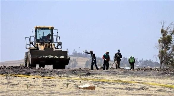 محققون يبحثون في موقع الطائرة الإثيوبية المنكوبة (تويتر)