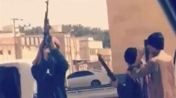 صورة من مقطع الفيديو لشباب سعوديون يحملون أسلحة في شوارع بمحافظة الحوطة (المصدر)