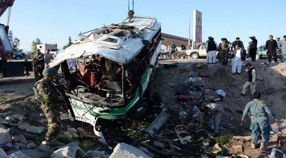 عسكريون ومنقذون حول حافلة شرطة فجرتها طالبان في أفغانستان (أرشيف)