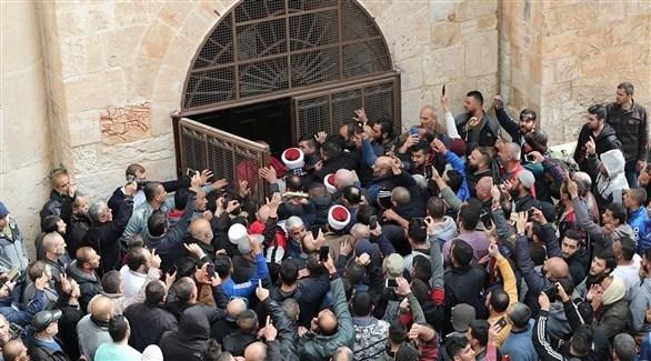 فلسطينيون أمام باب الرحمة في القدس (تويتر)