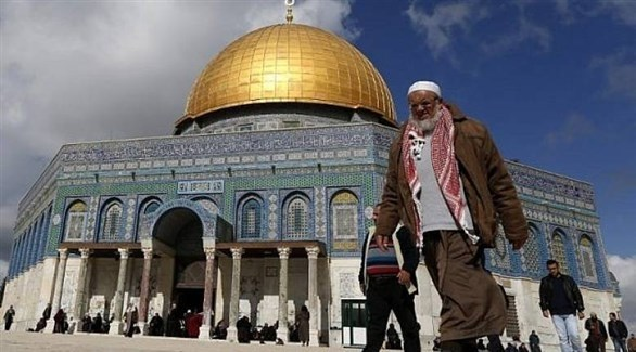 فلسطينيون في محيط قبة الصخرة في القدس (أرشيف)