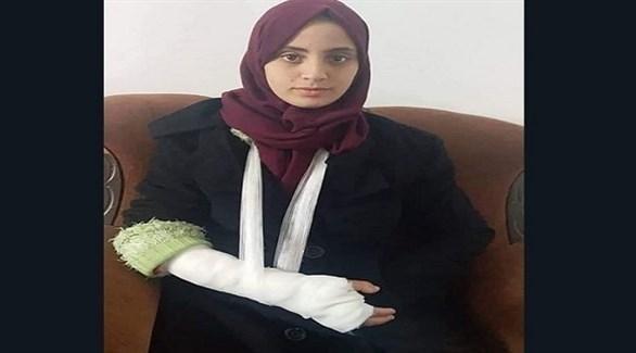 الصحافية طيف عصام مكسورة اليد جراء تعرضها للضرب من قبل أجهزة حماس (تويتر)