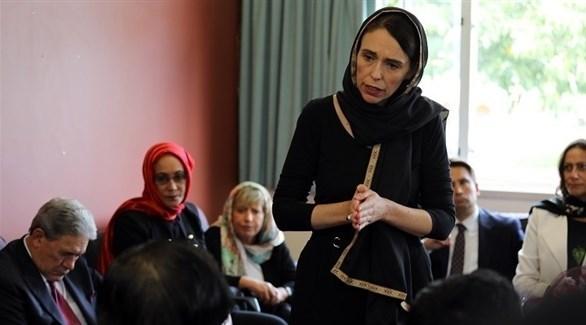 رئيسة وزراء نيوزيلندا تعزي أهالي الضحايا وهي مرتدية الحجاب(أرشيف)