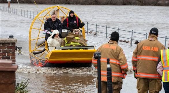 إجلاء محاصرين بالمياه في أوشلاند بولاية نبراسكا (أوماها وورلد هيرالد)