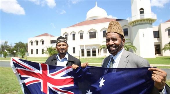 مسلمان مع العلم الأسترالي أمام أحد المساجد (أرشيف)