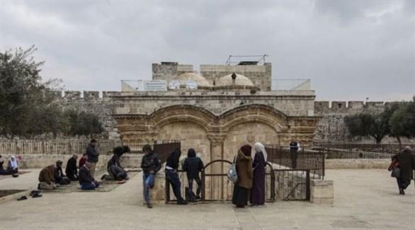 فلسطينيون يصلون أمام باب الرحمة (أرشيف)