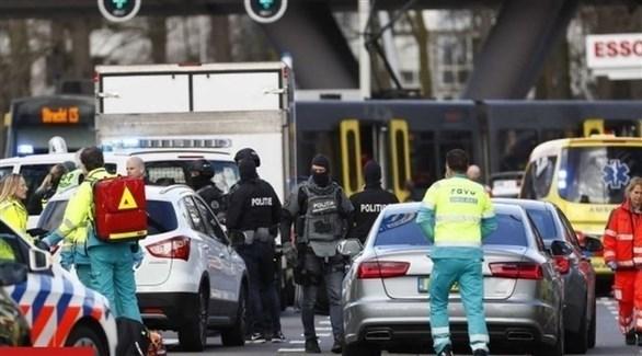 الشرطة الهولندية تنتشر في مكان إطلاق النار في أوتريخت (تويتر)