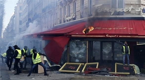 محتجو السترات الصفراء يشعلون النار بمحلات تجارية بالشانزيليزيه (إ ب أ)