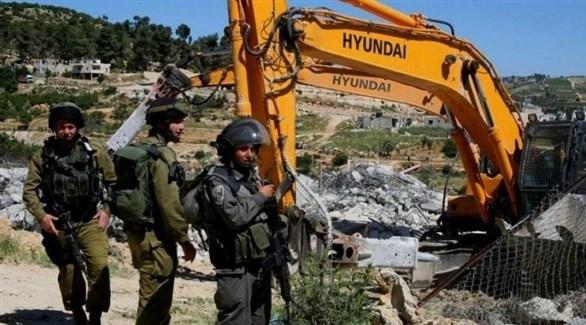 جرافة إسرائيلية تهدم مبنىً في الضفة الغربية (أرشيف)