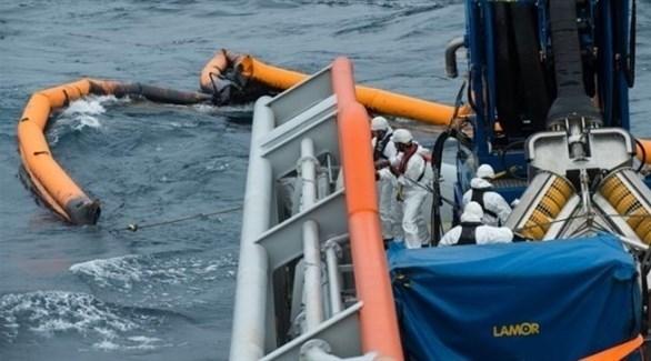 مختصون يواصلون تنقية البحر من التسريب النفطي (تويتر)