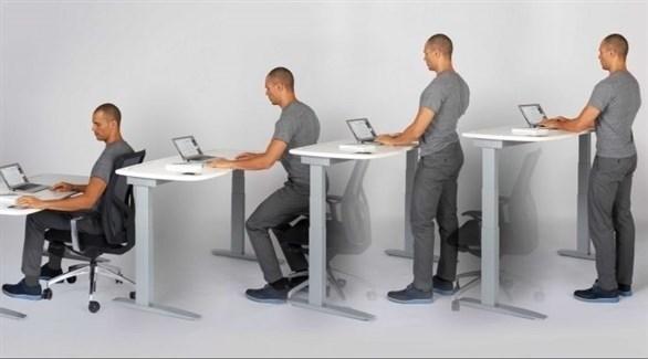 للمكتب الواقف فوائد صحية خفيفة ومعتدلة حسب الاستخدام (تعبيرية)
