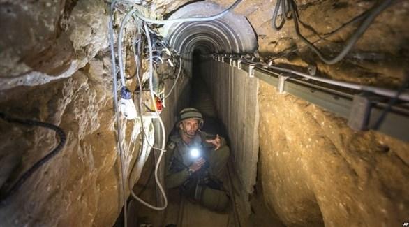 جندي اسرائيلي داخل أحد الأنفاق المكتشفة إلى فلسطين المحتلة (أرشيف)