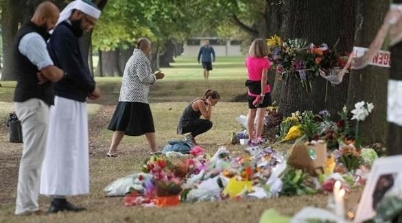 نيوزيلنديون يضعون زهوراً حزناً على ضحايا الهجوم الإرهابي على المسجدين (أ ف ب)