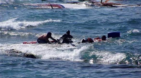ليبيون ينتشلون جثثاً ومهاجرين أفارقة ناجين (أرشيف)
