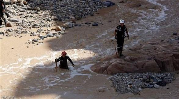 عمال الانقاذ يبحثون عن ناجين خلال حادثة البحر الميت  (أرشيف)
