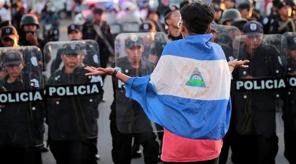 متظاهر في نيكاراغوا أمام حاجز للشرطة (أرشيف)