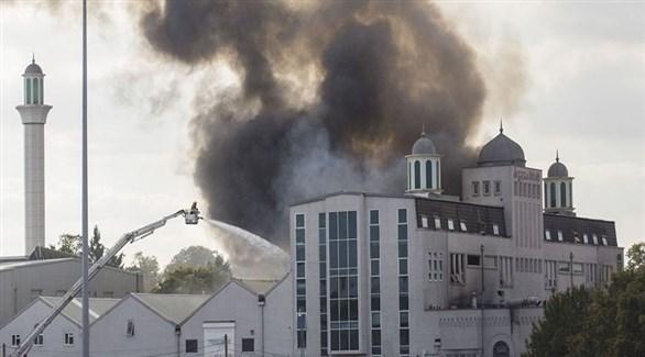 تصاعد الدخان من مسجد في بريطانيا بعد اعتداء سابق (أرشيف)