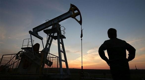 عامل بجانب أحد الآبار النفطية (أرشيف)