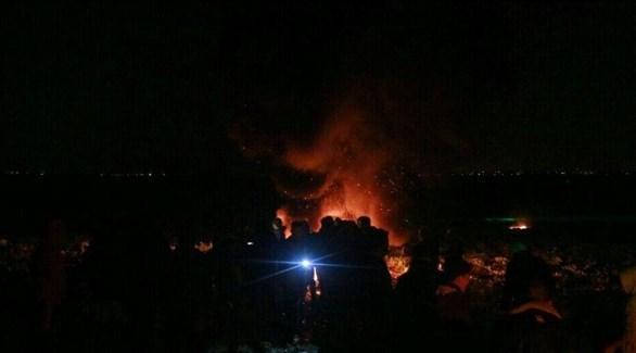 فلسطينيون يتجمهرون حول موقع قصفته إسرائيل (أرشيف)