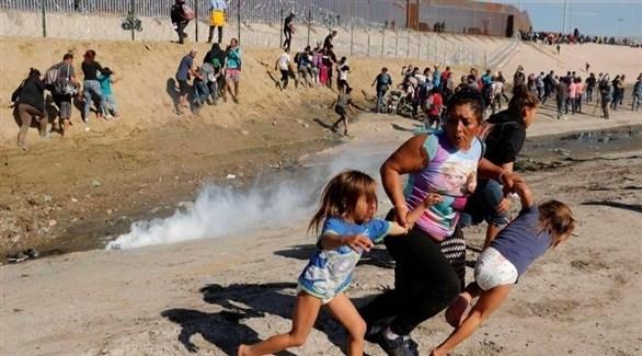 حرس الحدود الأمريكي يطلق الغاز المسيل للدموع على مهاجرين مكسيكيين (أرشيف)