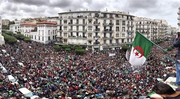 جزائريون يتظاهرون في العاصمة ضد تمديد ولاية الرئيس عبد العزيز بوتفليقة (أرشيف)
