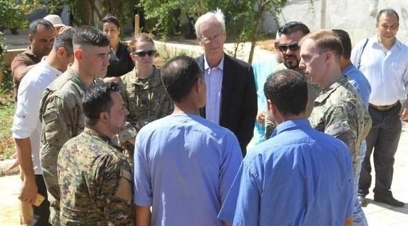 نائب المبعوث الأمريكي الخاص للتحالف الدولي وليام روباك مع مقاتلين من قوات قسد (أرشيف)