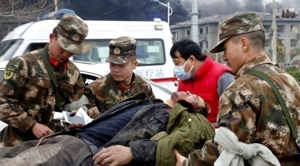 الجيش وفرق الإسعاف تقدم المساعدة لمصاب جراء الانفجار (EPA)