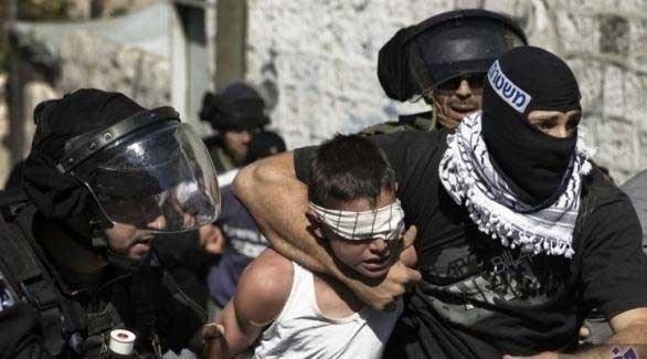 عناصر الاحتلال الاسرائيلي تعتقل أحد المطلوبين لها (أرشيف)