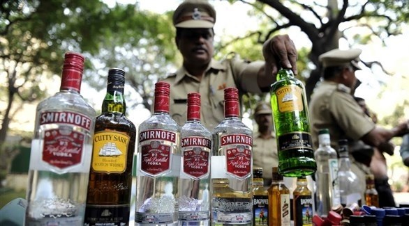 جندي هندي يستعرض عدد من زجاجات الكحول (أرشيف)