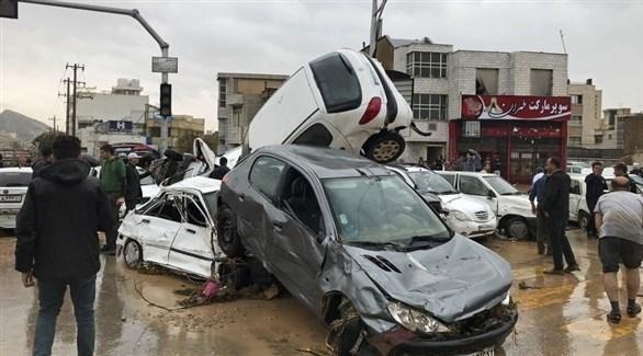 سيارات محطمة بعد الفيضانات (أ ب)