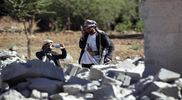 مسلحان يمنيان يسعملان هاتفيهما المحمولين (أرشيف)