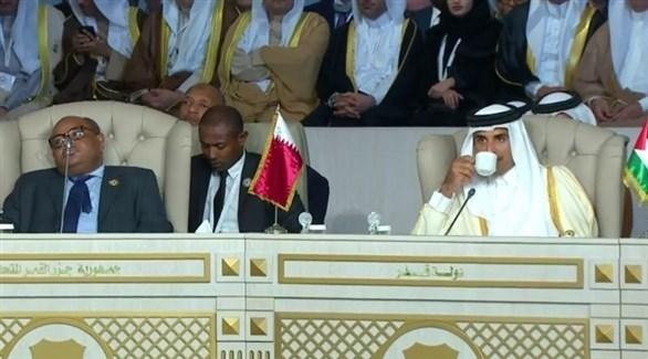 أمير قطر الشيخ تميم بن حمد في افتتاح القمة قبل مغادرته المفاجئة لتونس (موزاييك)