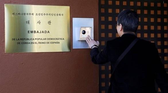 رجل يدخل إلى سفارة كوريا الشمالية في مدريد (أرشيف)