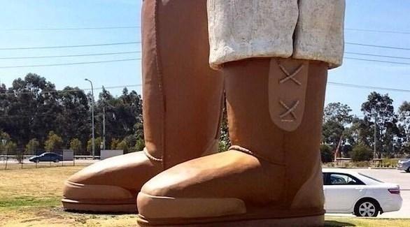 يقع تمثال الحذاء العملاق في أستراليا (ديلي ميل)
