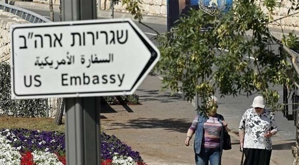 لافتة تشير إلى مقر السفارة الأمريكية (أرشيف)