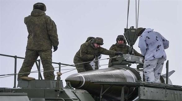 جنود روس يشحنون صاروخاً (أرشيف)
