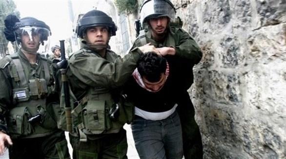 قوات الاحتلال تعتقل فلسطينياً في الضفة الغربية (أرشيف)