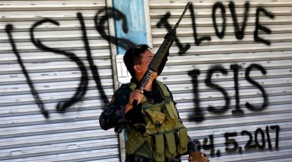 عنصر من الأمن الفلبيني في ماراوي (رويترز)