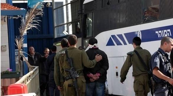 أسير فلسطيني في يد عناصر من الاحتلال الإسرائيلي (أرشيف)