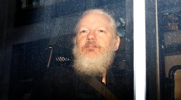 جوليان أسانج في سيارة للشرطة البريطانية بعد اعتقاله اليوم الخميس في لندن (رويترز)