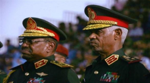 وزير الدفاع الفريق عوض ابن عوف والرئيس السوداني المعزول عمر البشير (أرشيف)
