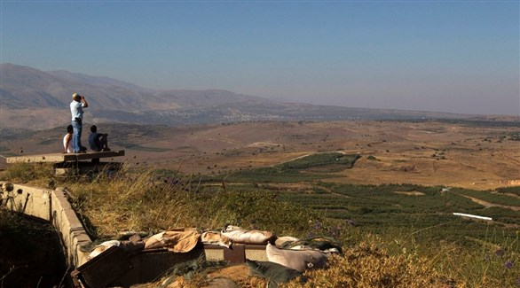 مستوطنون في الجولان يراقبون الجزء التابع لسويا من الهضبة المحتلة (أرشيف)