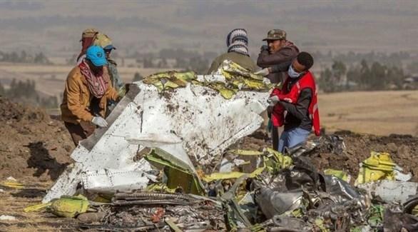 خبراء طيران يجمعون حطام الطائرة الإثيوبية المنكوبة (أ ب)