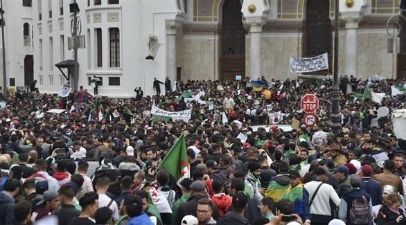محتجون في الجزائر ضد السلطة (أرشيف)