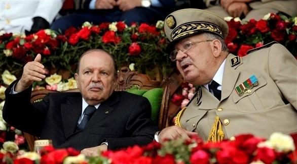 الرئيس الجزائري وعلى يساره قائد الجيش (أرشيف / رويترز)