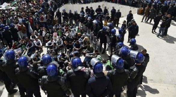 عناصر الأمن تطوق مكان الاحتجاجات في الجزائر (أرشيف)