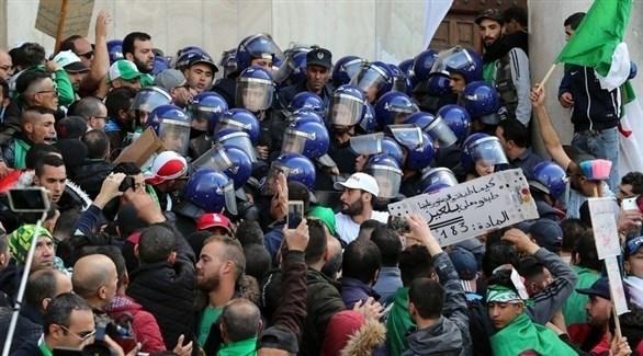عدد كبير من الشرطة الجزائرية يعيق احتجاجات المتظاهرين (إ ب أ)