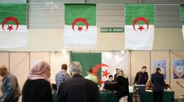 جزائريون يدلون بأصواتهم في انتخابات سابقة (أرشيف)